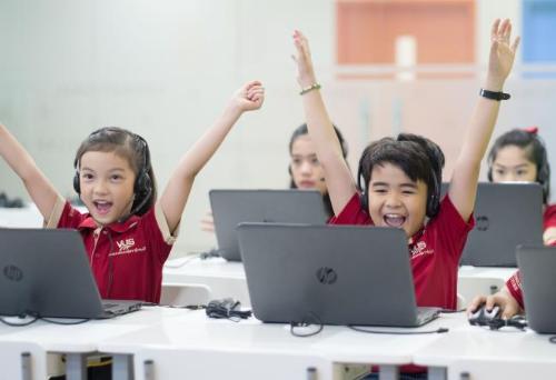 Công nghệ hiện đại là điều quen thuộc đối với trẻ, giúp mang lại sự hào hứng trong học tập.
