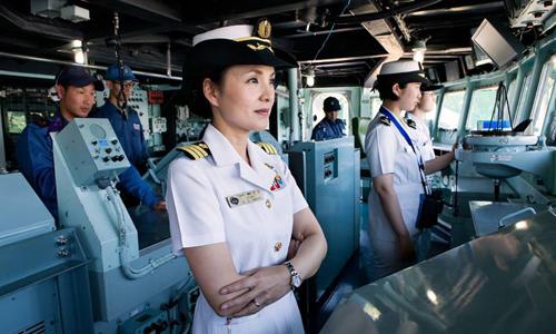 Nữ hạm trưởng đầu tiên của Nhật Bản, trung tá Miho Otani trong đài chỉ huy của khu trục hạm JS Yamagiri. Ảnh: Telegraph.