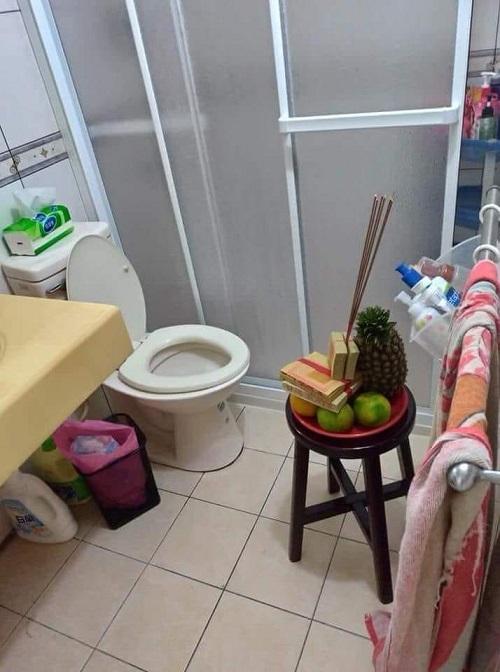Cúng thần toilet?
