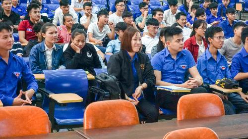 Sinh viên Đại học Quảng Nam nghe chia sẻ về cách mạng 4.0.