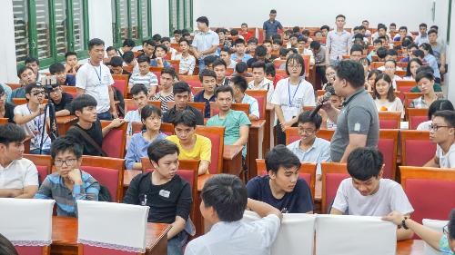 Sinh viên Đại học Sư phạm Kỹ thuật Đà Nẵng giao lưu, trao đổi kiến thức về công nghệ với diễn giả.