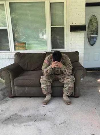 Luis Ocampo ngồi trên ngôi nhà bị trộm lấy sạch tài sản. Ảnh:Facebook