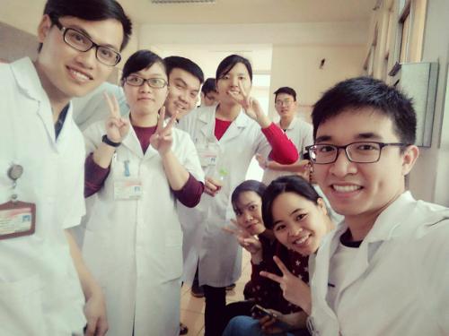 Võ Duy Văn (bìa phải) cùng các bạn trong một buổi học ở viện. Ảnh: NVCC