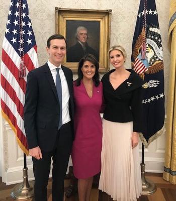 Đại sứ Mỹ tại Liên Hợp Quốc Nikki Haley (giữa)chụp ảnh cùng vợ chồng Jared Kushner và Ivanka Trump tại Nhà Trắng hôm 9/10. Ảnh: Facebook.