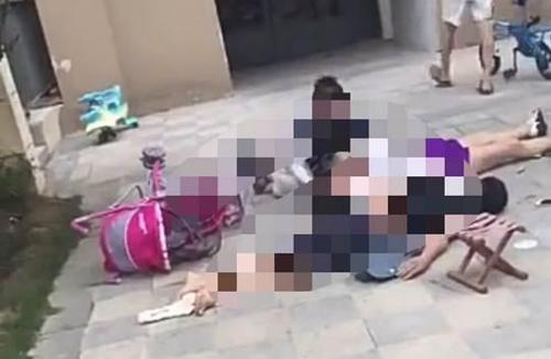 Hiện trường sự việc khiến hai người lớn tử vong và một đứa trẻ bị thương nặng ở thành phố Tương Dương, tỉnh Hồ Bắc, Trung Quốc cuối tuần trước. Ảnh: Sina.