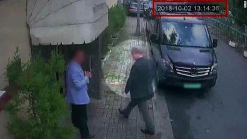 Hình ảnh từ camera an ninh ghi lại cảnh Khashoggi (áo đen) vào lãnh sự quán Arab Saudi ở Istanbul, Thổ Nhĩ Kỳ chiều 2/10. Ảnh: CNN.