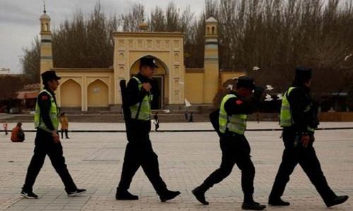 Cảnh sát Trung Quốc tuần tra trước nhà thờ Hồi giáo Id Kah tại thành phố Kashgar, Tân Cương tháng 3/2017. Ảnh:Reuters.