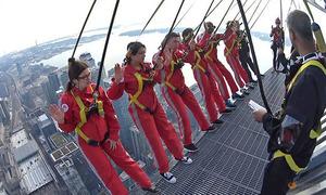 Công dân mới của Canada treo người làm lễ tuyên thệ trên tòa tháp 116 tầng
