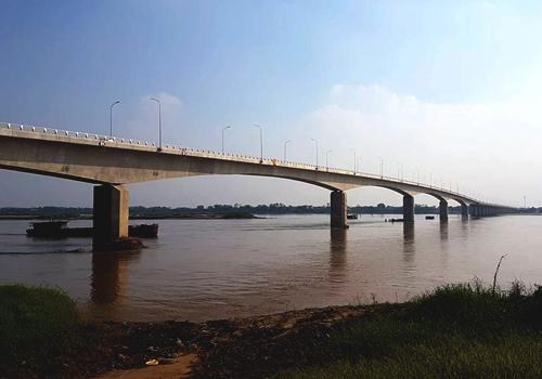 Cầu Văn Lang dài 1,5km chưa kể đường dẫn hai bên đầu cầu. Ảnh: Anh Duy.