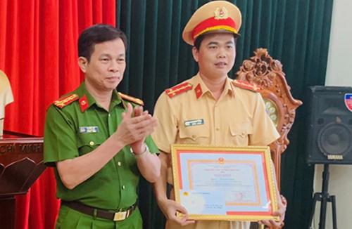 Đại uý Lê Đăng Giang nhận giấykhen của lãnh đạo ngành. Ảnh: T.Thanh.