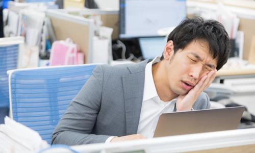Người lao động Nhật Bản mệt mỏi vì công việc. Ảnh: Sora News.