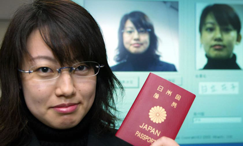 Một công dân cầm hộ chiếu Nhật Bản. Ảnh: CNN.