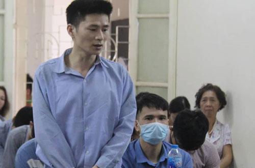 Khánh (trái) và Tài (ngồi, đeo khẩu trang) tại phiên tòa ngày 9/10.