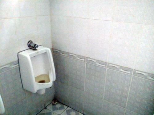 Một nhà vệ sinh trường học tại TP HCM. Ảnh: Lê Nam.