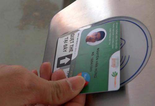 Hành khách mất một giây quẹt thẻ để cửa tự động mở rồi vào nhà chờ xe buýt. Ảnh: Quang Sơn