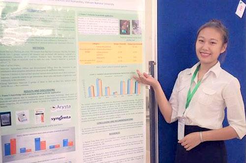 Nguyễn Thùy Dung và báo cáo poster của em tại hội thảo khoa học quốc tế ISAASS 2017. Ảnh: NVCC.