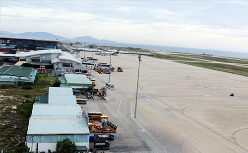 Sân bay Cam Ranh quá tải, đường băng số 1 xuống cấp nghiêm trọng. Ảnh: An Phước