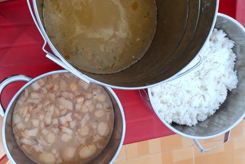 Phụ huynh cho rằng cơm gạo mốc, thức ăn không đảm bảo dinh dưỡng. Ảnh: Phụ huynh cung cấp