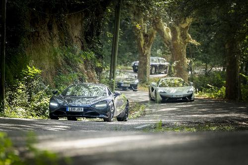 Bên cạnh những chiếc xe cổ là sự góp mặt của haisiêu xe McLaren 570S và McLaren 720S.