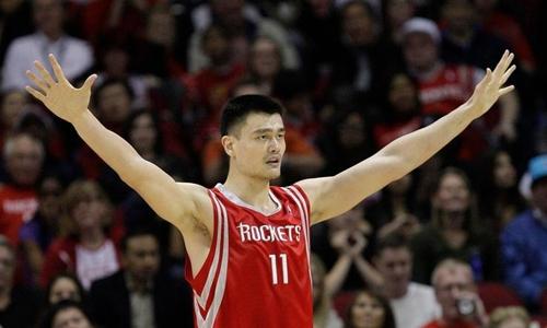 Yao Ming thi đấu tại giải bóng rổ nhà nghề Mỹ trước khi giải nghệ năm 2011. Ảnh: AP.