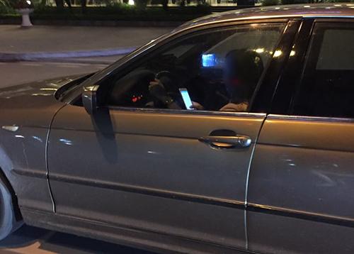 Nữ tài xế BMW không bật đèn, vừa lái xe vừa nhắn tin - 1