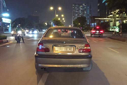 Nữ tài xế BMW không bật đèn, vừa lái xe vừa nhắn tin