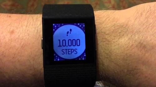 Chiếc vòng tay Fitbit có thể đếm số bước chân của người đeo. Ảnh: internet.