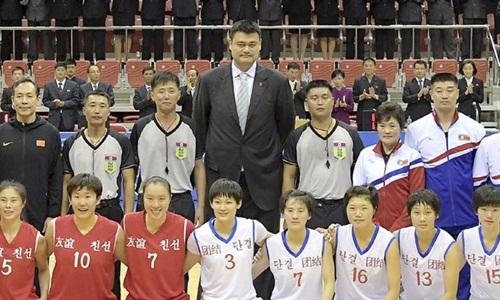 Cựu sao bóng rổ Trung Quốc Yao Ming (chính giữa) chụp ảnh cùng các vận động viên ở Bình Nhưỡng ngày 9/10. Ảnh: AP.