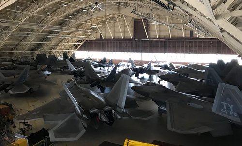 Các tiêm kích F-22 nằm trong nhà chứa tại căn cứ Tyndall hôm 28/5. Ảnh: Twitter.