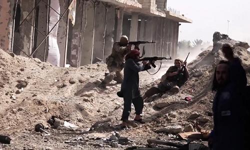 Phiến quân IS ở Deir Ezzor, Syria. Ảnh: Almasdar News.