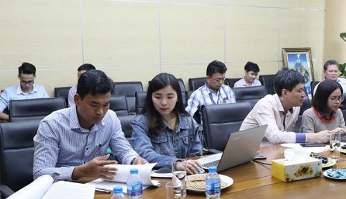 Ông Nguyễn Văn Khanh (trái), Phó Giám Đốc công ty điện lực Thanh Trì.