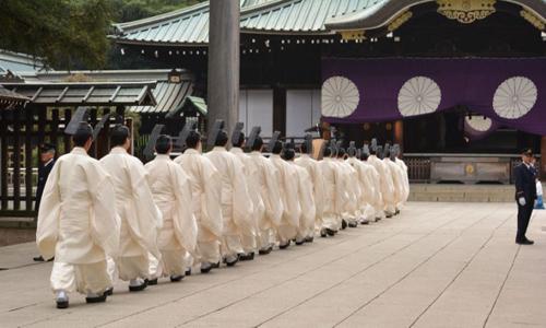Các thấy tế trong đền Yasukuni. Ảnh: AFP.