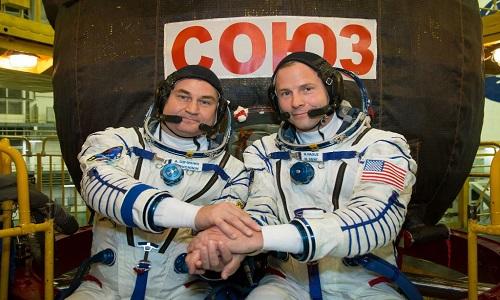 Hai phi hành gia trước khi lên tàu vũ trụ. Ảnh: Twitter.