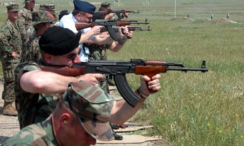 Binh sĩ Mỹ thử súng AK tại trường bắn ở Tbilisi, Gruzia năm 2003. Ảnh: US Army.