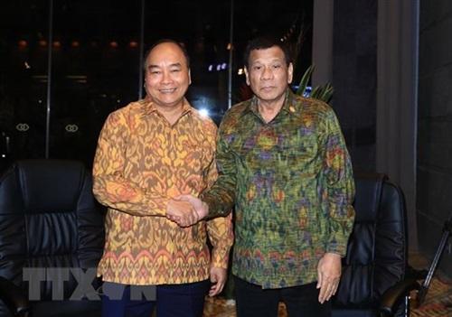 Thủ tướng Nguyễn Xuân Phúc (trái) và Tổng thống Philippines Rodrigo Duterte trong cuộc gặp hôm nay tại Bali, Indonesia. Ảnh: TTXVN.