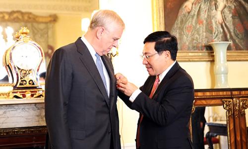 Phó thủ tướng Phạm Bình Minh, phải, trao tặng Huân chương Hữu nghị cho Hoàng tử Anh Andrew ngày 10/10. Ảnh: BNGVN.