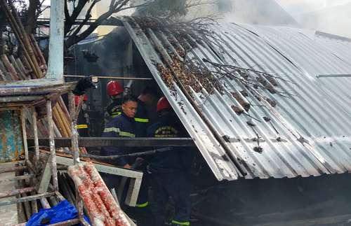 Lính cứu hỏa tham gia dập lửa ngay khi nhận tin báo. Ảnh: Võ Thạnh