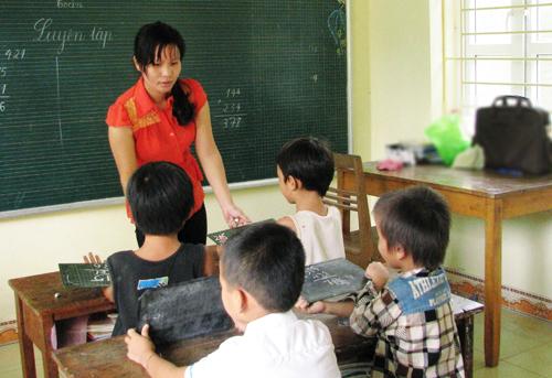 Một lớp học ở miền núi Quảng Ninh, nơi thầy và trò đều gặp nhiều khó khăn. Ảnh: Minh Cương