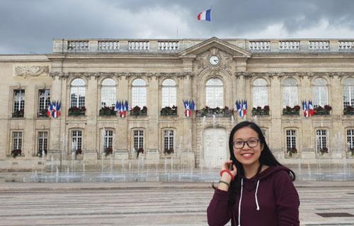 Đặng Hoàng Trang - thủ khoa tốt nghiệp xuất sắc của Học viện Nông nghiệp Việt Nam hiện du học tại Pháp theo học bổng toàn phần của Liên minh châu Âu. Ảnh: NVCC.