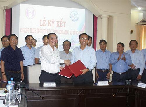 Bộ trưởng Chu Ngọc Anh (bìa trái)và ông Nguyễn Văn Dương, Chủ tịch UBND tỉnh Đồng Tháp ký kết Chương trình phối hợp.