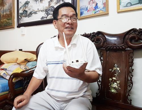 Ông Phạm Ngọc Cơ đánh giá cao hiệu quả của thiết bị sau gần một năm thí điểm. Ảnh: Võ Hải.
