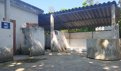 Nhà vệ sinh công cộng của trường Tiểu học Thạch Thanh. Ảnh: Đức Hùng