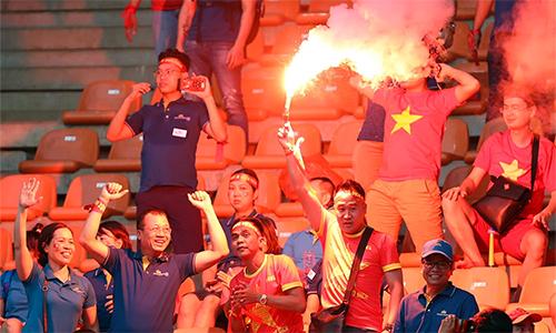 CĐV Việt Nam đốt pháo sáng trên khán đàisân Bogor hôm29/8. Ảnh: Đức Đồng.