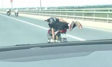 QuÃÂ¡i xế chạy xe mÃÂ¡y kiá»u vẫy Ãuôi cÃÂ¡ trên cầu Nhật Tân