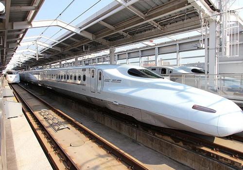 Tàu cao tốc Shinkanshen ở Nhật Bản sử dụng công nghệ động lực phân tán. Ảnh minh họa.