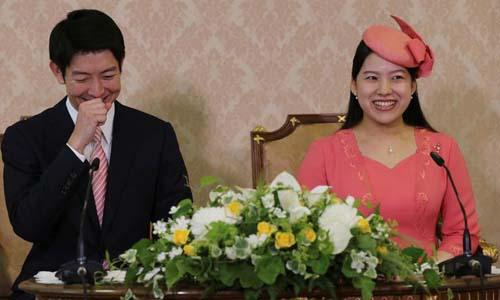 Công chúa Ayako và hôn phu Kei Moriya thông báo đính hôn trong cuộc họp báo ở Tokyo hôm 2/7. Ảnh: Reuters.