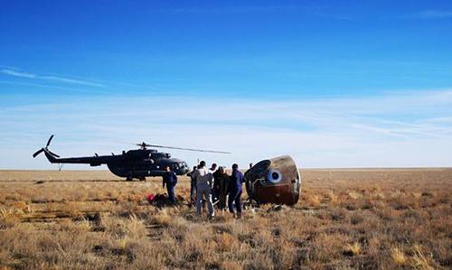 Khoang chứa hai phi hành gia tiếp đất an toàn tại Kazakhstan. Ảnh: Sputnik.