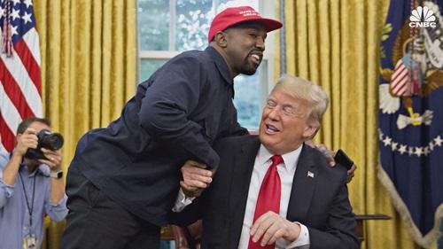 Rapper Kayne West (trái) ôm Tổng thống Mỹ Donald Trump trong cuộc gặp tại Phòng Bầu dục hôm 11/10. Ảnh: CNBC.
