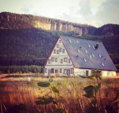 Anh đã mơ về ngôi nhà với thật nhiều cửa sổ.