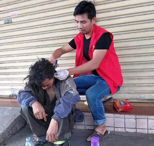 Cai Yanqiu cắt tóc cho một người vô gia cư. Ảnh: Peoples Daily